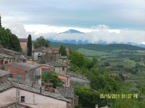 Appartamenti al Poggiolo : Looking south towards Monte Amiata from the ramparts up from our apartment