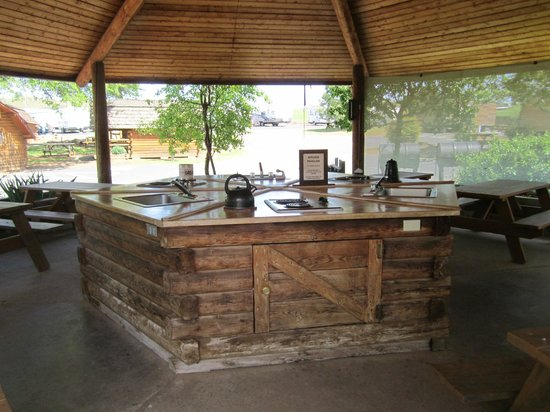 Angels Camp RV and Camping Resort: Common cooking/cleaning area
