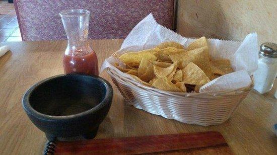 Pancho Villas Mexican Restaurant: chips n salsa