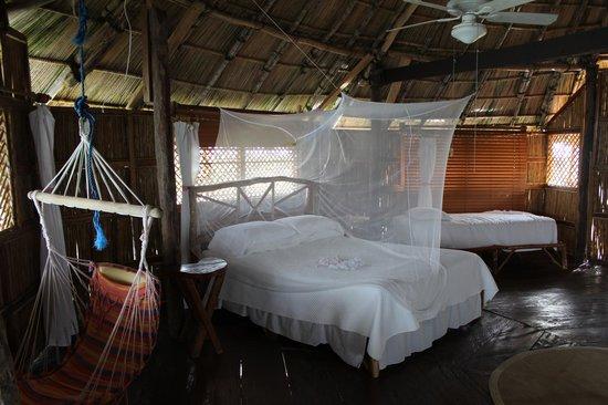 Yandup Island Lodge: Binnenkant van de lodge +3 enkele bedden