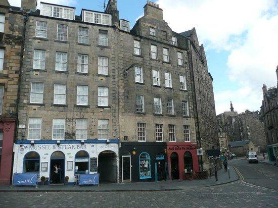 St Giles Apartments: A la derecha del restaurante está el paso al apartamento