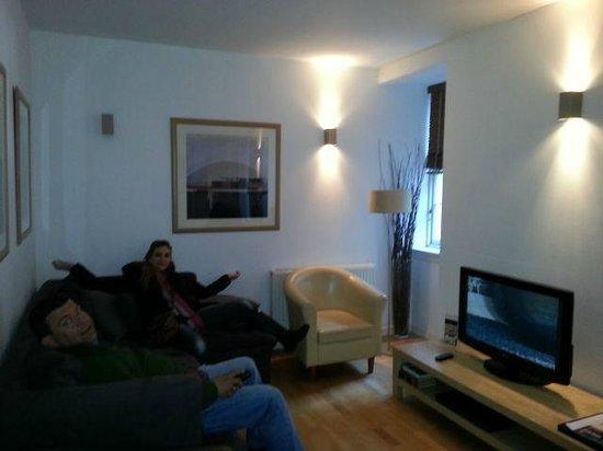St Giles Apartments: Sala de estar con cocina americana
