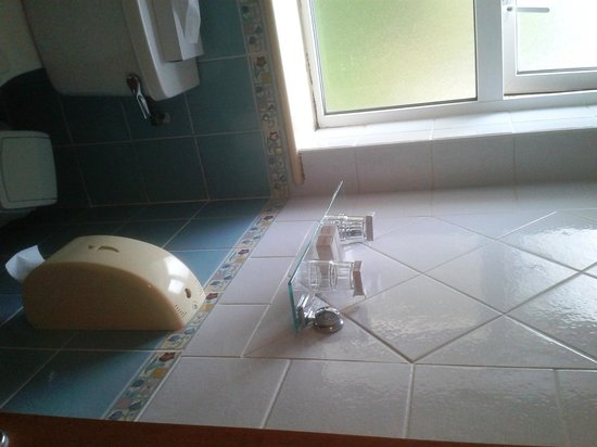 Barr Na Sraide Inn: Particolare - bagno con finestra