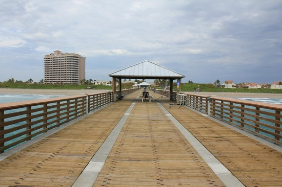 Juno Beach Pier : Looking back toward the beach from pier's end