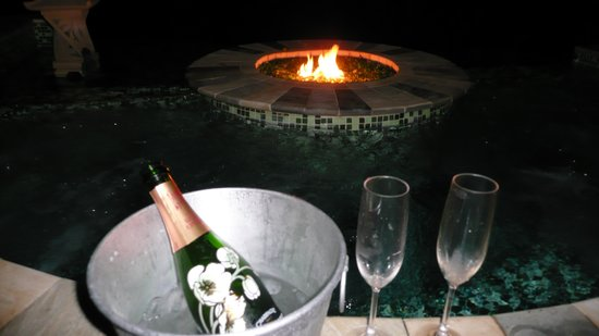 Cachoeira Inn: Champagne by the fire pit!