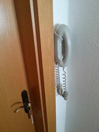 Hotel Schwarzes Rössl: Zimmertür, Telefon