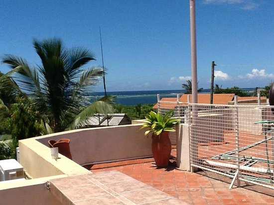 Mei Place Apartments: View from the roof, Indian ocean in the background