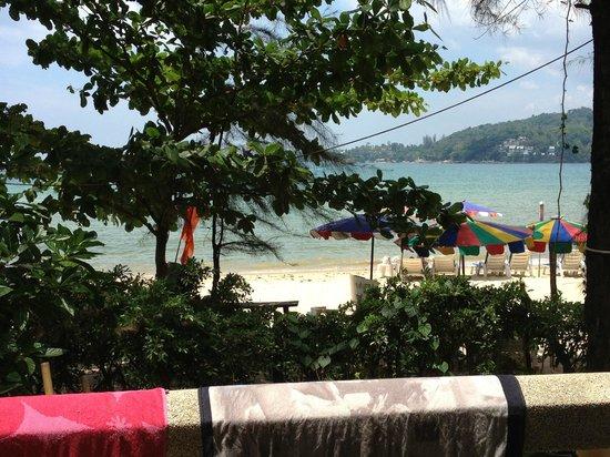Thai Kamala Beach Front: Utsikt från vårt rum.
