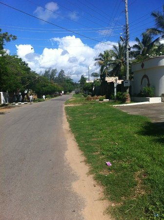 Mei Place Apartments: Road in front of the hotel