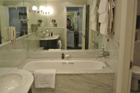 Cape Grace: Bath tub and Sinks