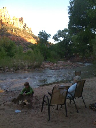 Cliffrose Lodge & Gardens: Virgin River sandy beach