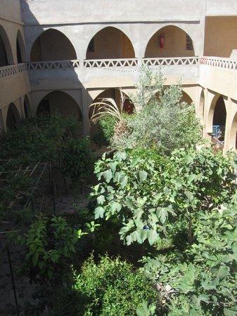 L'Auberge Oasis: Jardín central y acceso a las habitaciones