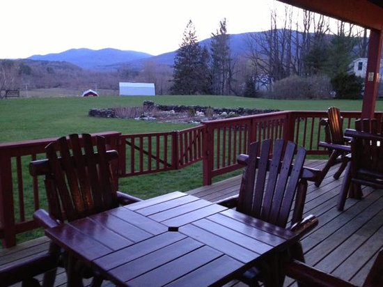North Shire Lodge & Mountain View Pub: The back deck
