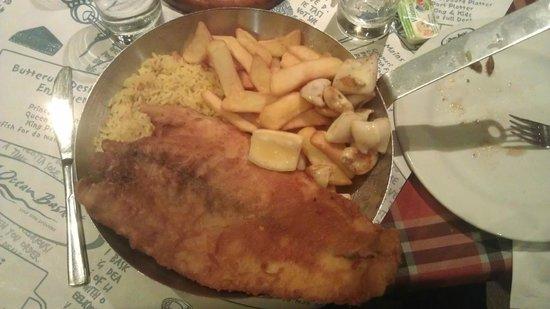 Ocean Basket: Ψάρι της ημέρας με καλαμάρι, ρύζι και πατάτες