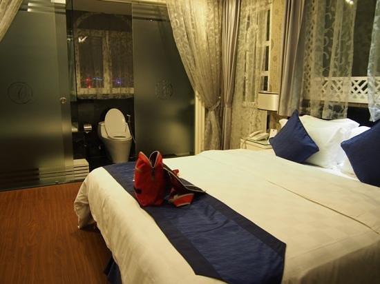 Church Boutique Hotel Hang Gai : top floor room with ensuite bathroom