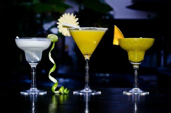 Kia Kaha Villa: Cocktails by the pool