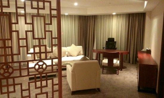 Crowne Plaza West Hanoi: living room - suite