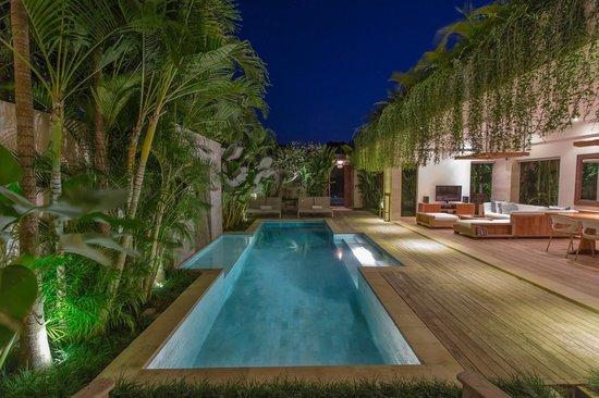 Pantai Indah Villas Bali: Pool at night