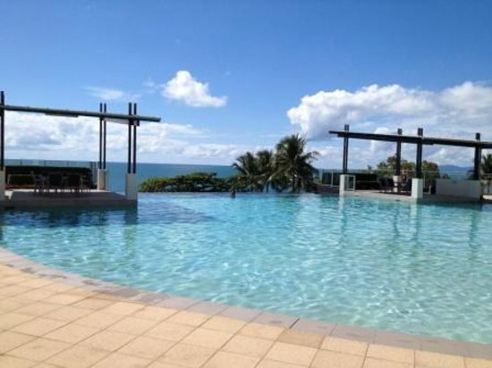 Vue Luxury Apartments Trinity Beach : Pool View