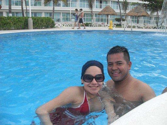 Krystal Cancun: Una maravillosa vista en la alberca y al mar.