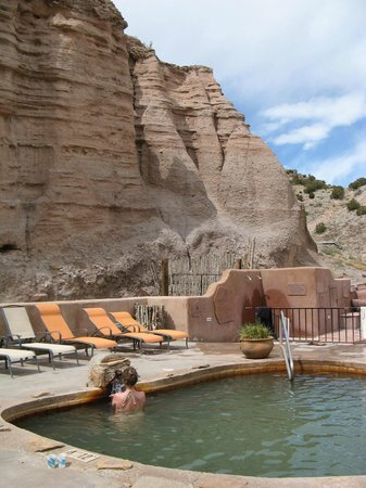 Ojo Caliente Mineral Springs Spa: Cliffs overlooking Ojo Caliente