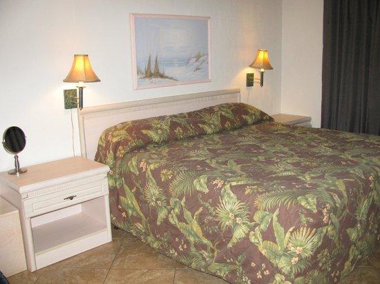 Beachers Lodge: Bedroom; king-size bed