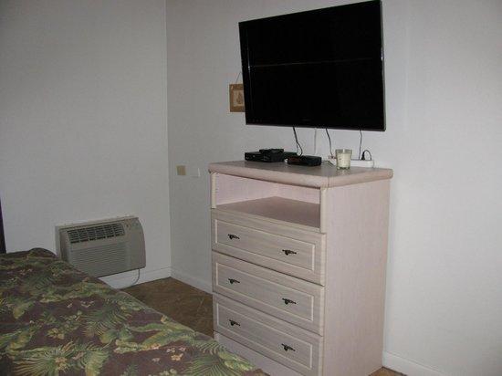 Beachers Lodge: TV in the bedroom