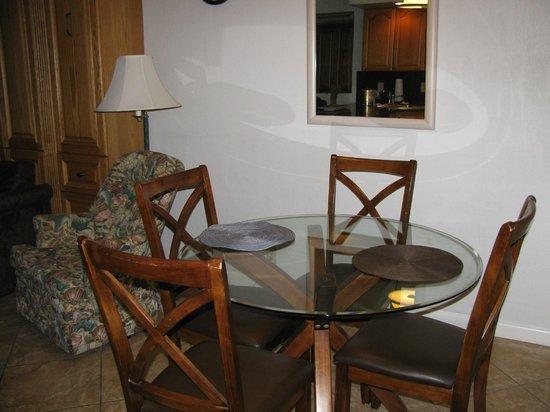 Beachers Lodge: Dining room table