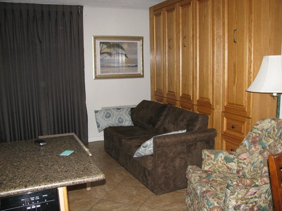 Beachers Lodge: Living room; settee