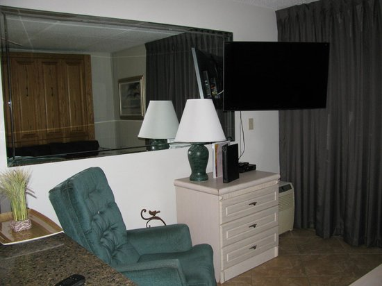 Beachers Lodge: TV in the living room