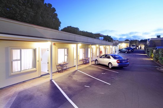 Siena Motor Lodge: All units ground floor with veranda and parking outside