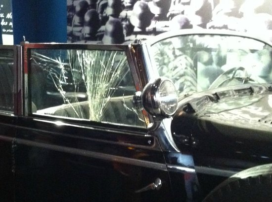 Museo canadiense de la guerra: American soldiers shot up the window when they found the car