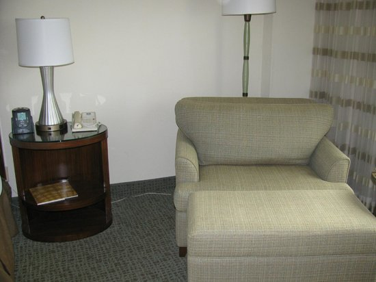 Hilton Singer Island Oceanfront/Palm Beaches Resort: Comfy chair with matching ottoman (ottoman not in pic)