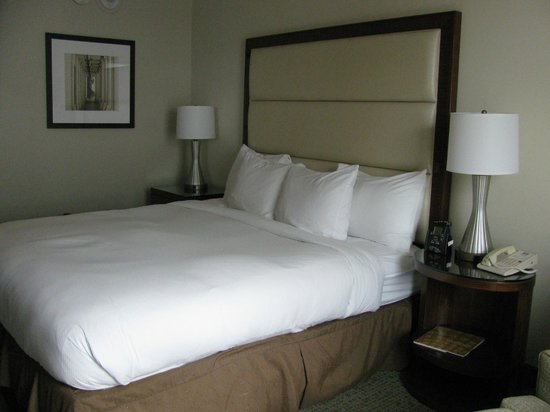 Hilton Singer Island Oceanfront/Palm Beaches Resort: King-size bed