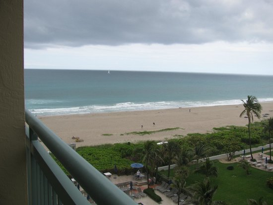 Hilton Singer Island Oceanfront/Palm Beaches Resort: View to the left from the balcony (7th floor room)