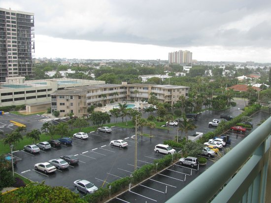 Hilton Singer Island Oceanfront/Palm Beaches Resort: View to the right from the balcony (7th floor room)
