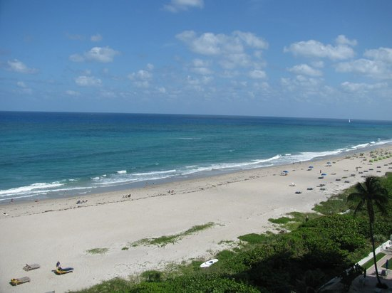 Hilton Singer Island Oceanfront/Palm Beaches Resort: View to the left from balcony (8th floor room)