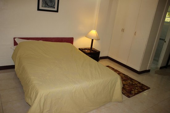 Selvina's Hotel: Very comfortable Bed
