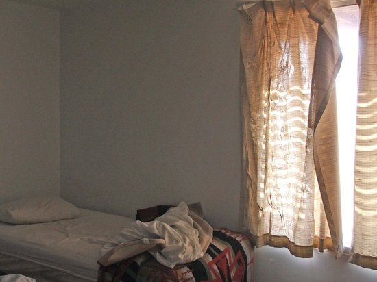 Marble Canyon Lodge: the tattered curtains and unmade bed