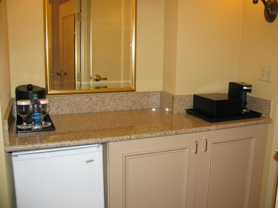 Augusta Marriott at the Convention Center: Mini-kitchen area (microwave, small icebox, coffee machine)