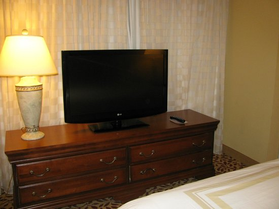 Augusta Marriott at the Convention Center: TV and dresser in bedroom