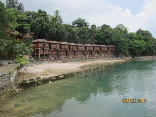 KTM Resort Batam: Resort that suppose to face the nice sea view. It was dry...