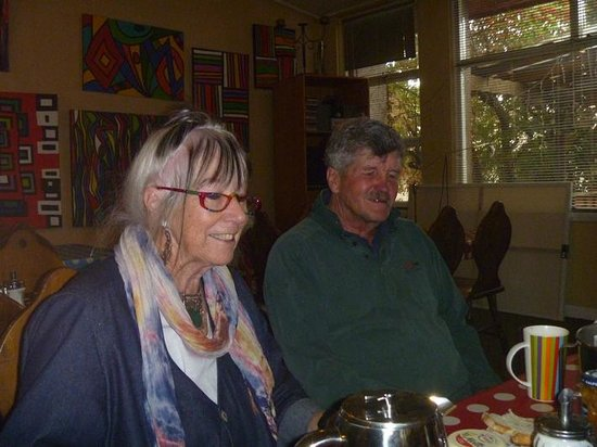 Bunkhouse Motel: Helen and Peter who own & run the BUNKHOUSE.