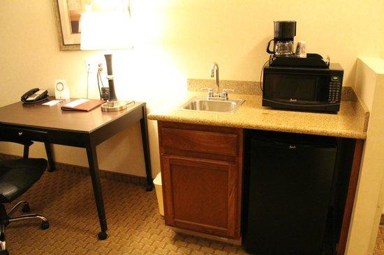 Comfort Suites Barstow: Zona cafetera y frigorífico