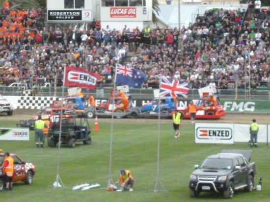 Robertson Holden International Speedway: go