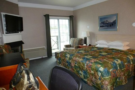 Days Inn Canmore: King bedroom, room# 202.