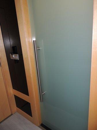 """Hotel Alif Avenidas: il bagno con la porta a """"saloon"""""""