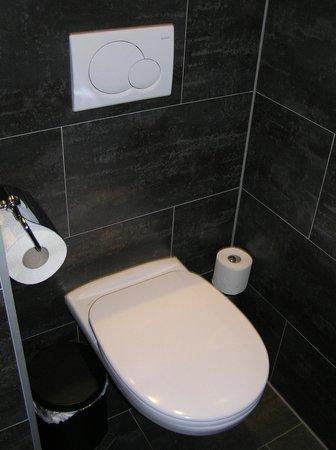 Pakat Suites Hotel: toilet