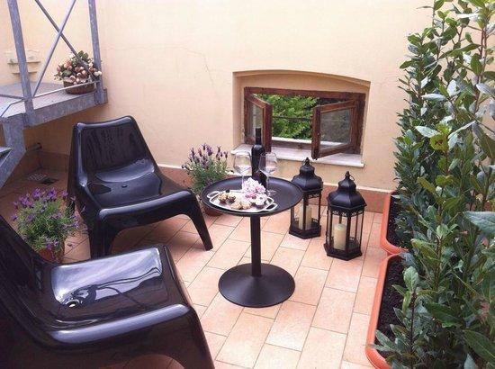 Villa Della Certosa : patio junior suite