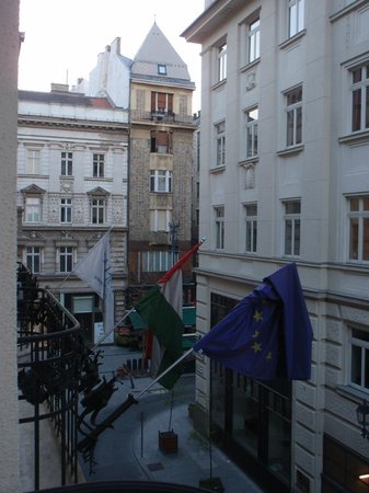 La Prima Fashion Hotel: View from room to Vaci street